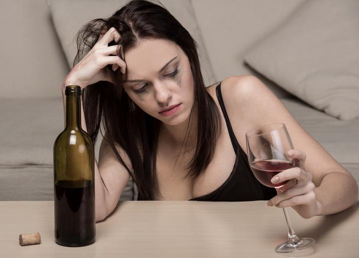 алкоголь не поможет заглушить боль