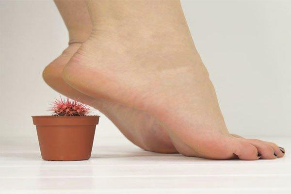 грубые пятки ног