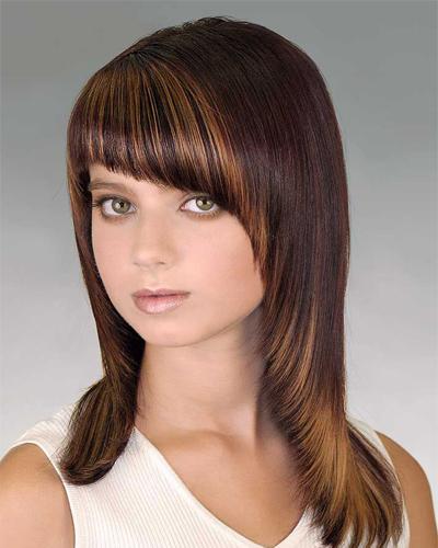 косая челка в стрижке на средние волосы